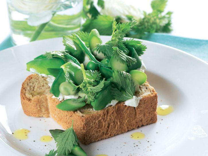 Bruschette di verdure novelle, caprino e ortica