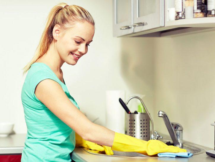 DETERGI IL LAVELLO Se è di acciaio per togliere gli aloni, asciugalo poi passa un panno imbevuto in