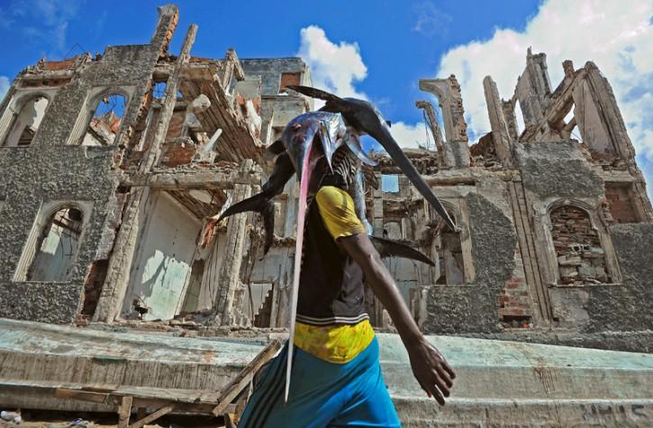 Un pescatore somalo porta la merce al mercato