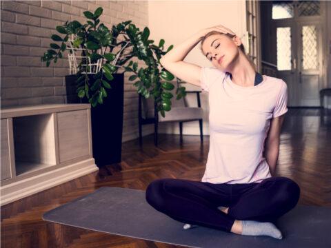 Esercizi di yoga per rilassare le tensioni cervicali
