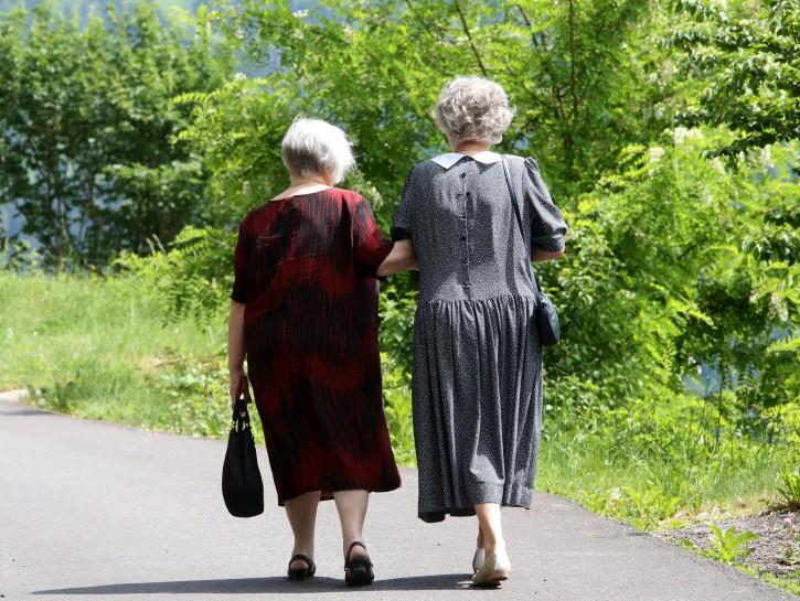 Donne anziane passeggiata