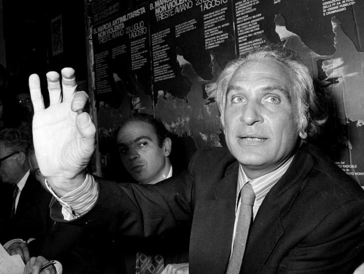Marco Pannella nella sede del partito radicale italiano mostra un piccolo quantitativo di hascisc il giorno in cui fu arrestato per aver fumato uno spinello pubblicamente. Roma, 2 luglio 1975.