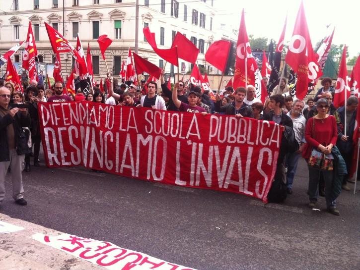 Un momento dello sciopero e della manifestazione per il boicottaggio delle prove Invalsi organizzata a Roma davanti al ministero dell'Istruzione, 12 maggio 2016