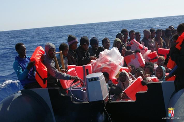Migranti: oltre duemila persone soccorse in canale Sicilia