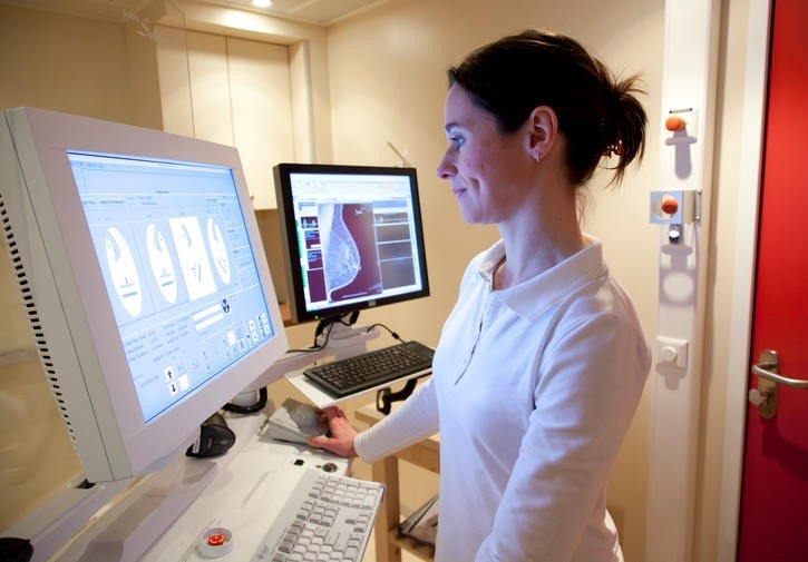 Infermiera esamina mammografia