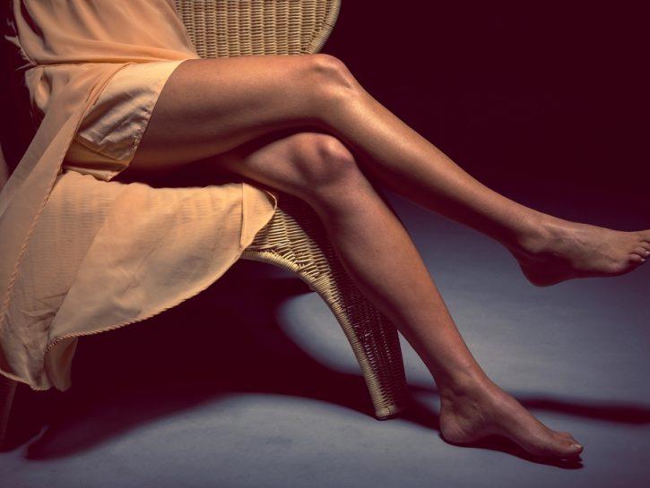 donna accavalla gambe