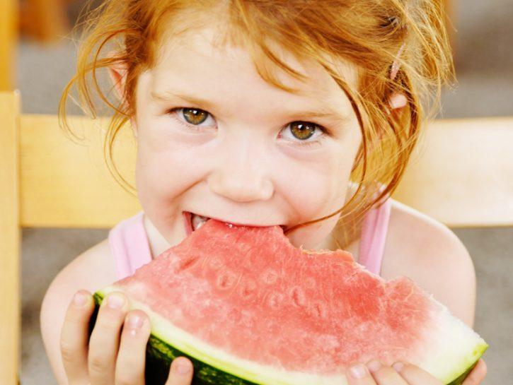 In estate è davvero fondamentale stare attenti a ciò che mangiamo: gli alimenti che portiamo in