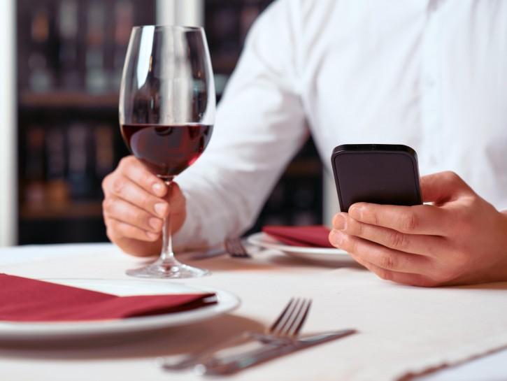 Cellulare a tavola al ristorante