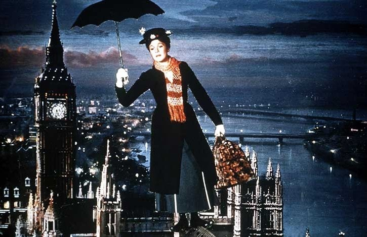 Julie Andrews alias Mary Poppins vola sopra i tetti londinesi in una scena del film