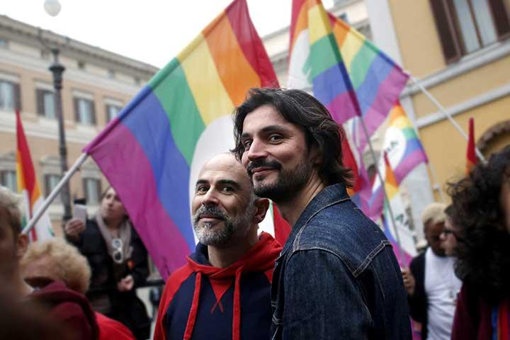 coppia gay durante una manifestazione
