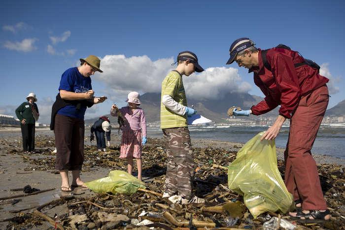 Spiaggia sporca rifiuti