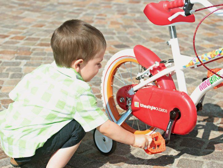 Bambino gioca con minibike