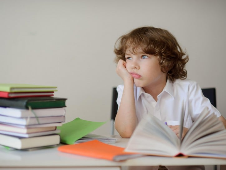 Bambino studio svogliato