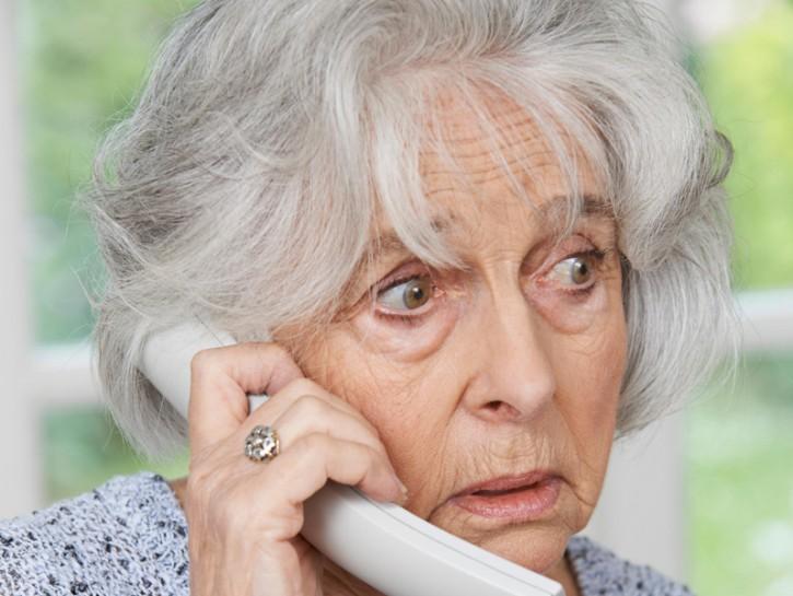 donna anziana al telefono preoccupata