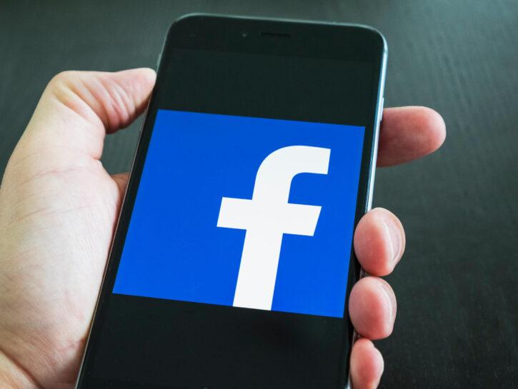 Facebook cellulare mano
