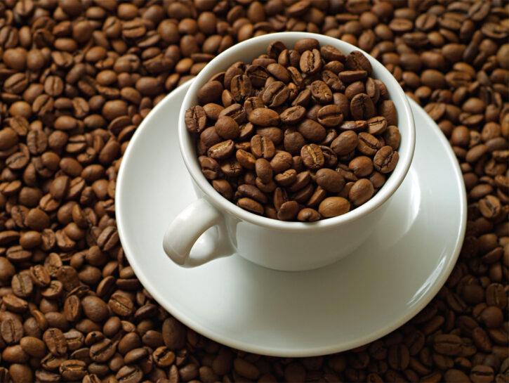 Caffè in chicchi e in tazzina - Credits: Olycom