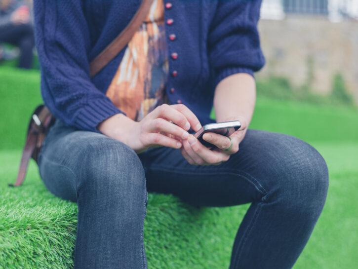 Ragazza seduta cellulare