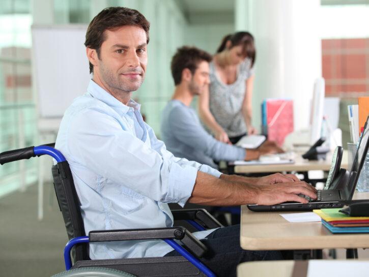 Uomo sedia a rotelle ufficio
