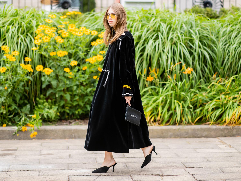 Quali scarpe indossare con un abito nero o blu: i colori da