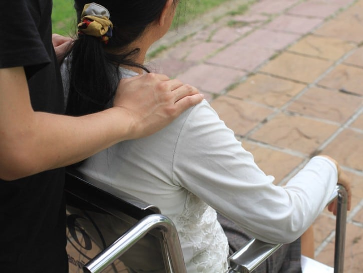 Ragazza handicap sedia a rotelle aiuto