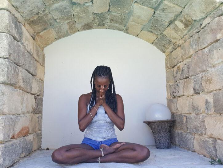 La maestra di yoga Estelle Nyabuhinja