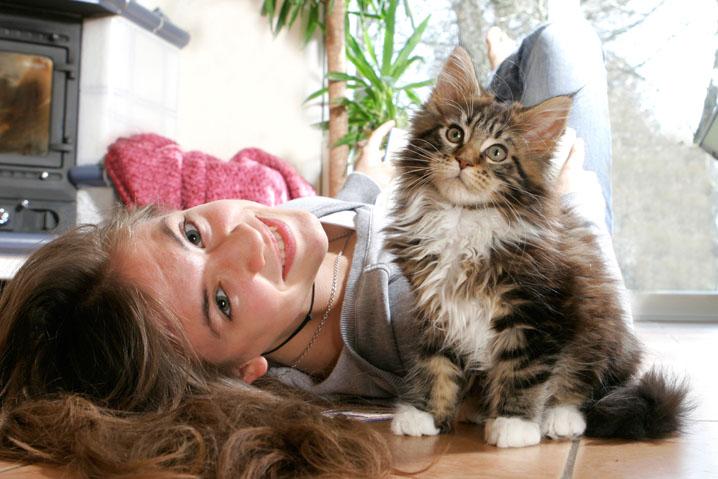 donna felice con gatto