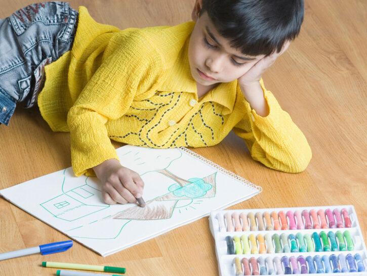 Bambino colora compiti a casa