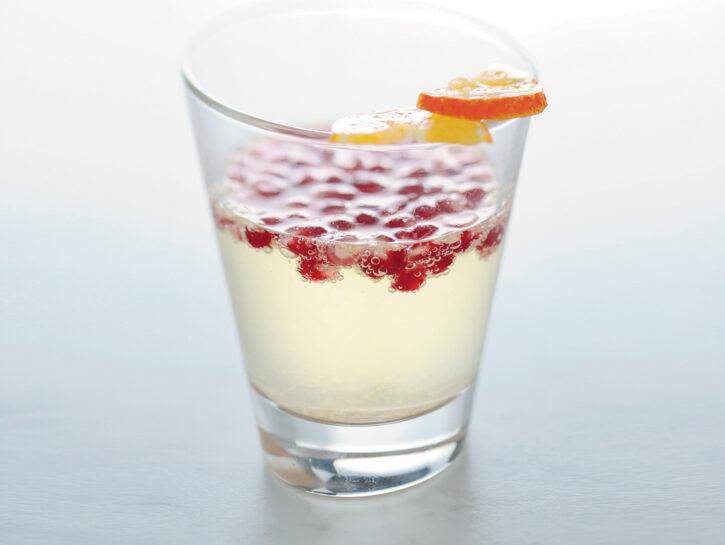 Drink di bollicine al mandarino e melograno