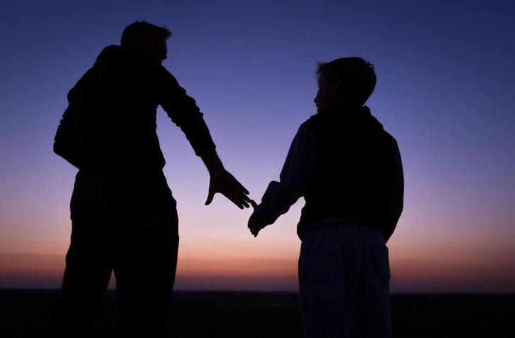 papà con figlio al tramonto