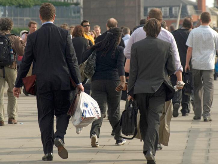 Lavoratori escono dall'azienda