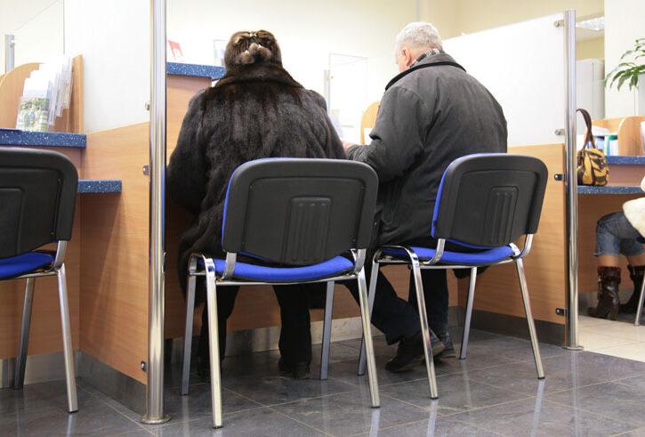 uomo e donna in banca