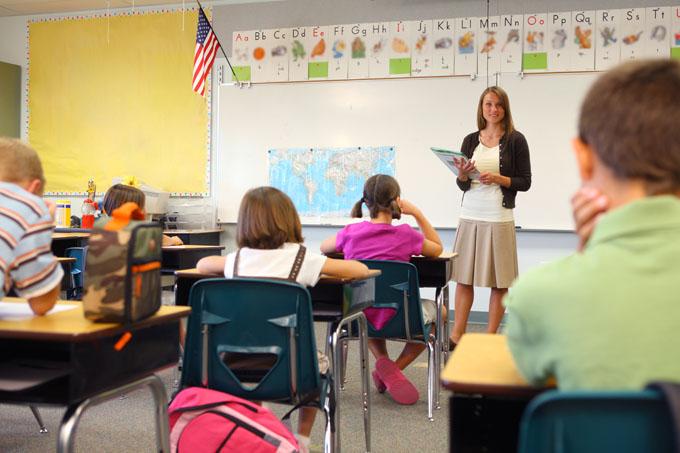 Studenti in aula con insegnante