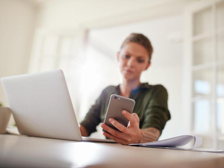 Cellulare pc portatile ragazza in casa