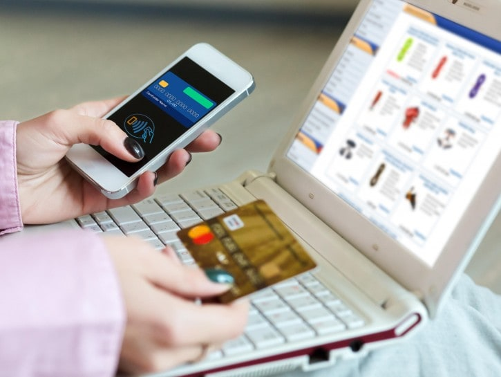 Shopping online donna pc smartphone carta di credito