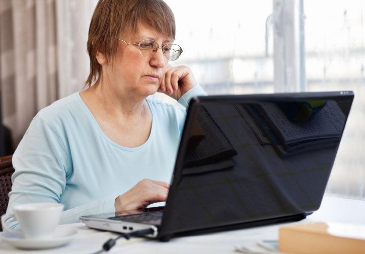 donna al computer di casa
