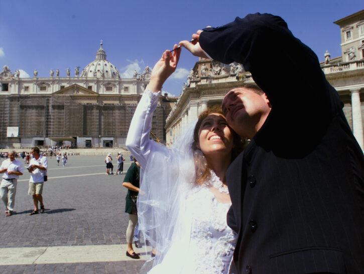 Coppia di sposi in piazza San Pietro a Roma
