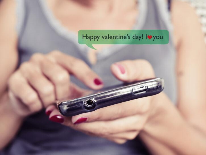 Donna cellulare messaggio di San Valentino