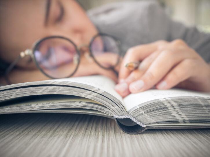 Donna noia libro occhiali
