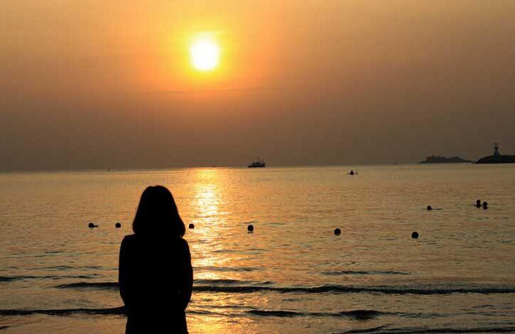 donna-triste-tramonto