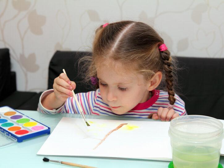 Bambina asilo colora acquerelli disegno