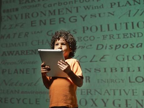 Bambino portatile in mano sfondo verde Corbis