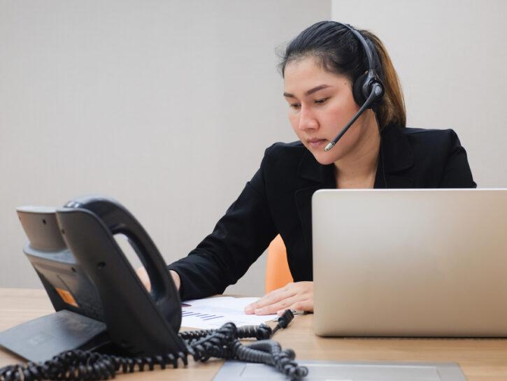 Operatore telefonico ragazza portatile scrivania