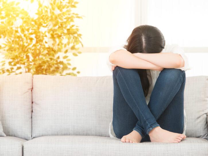 donna accucciata dolore