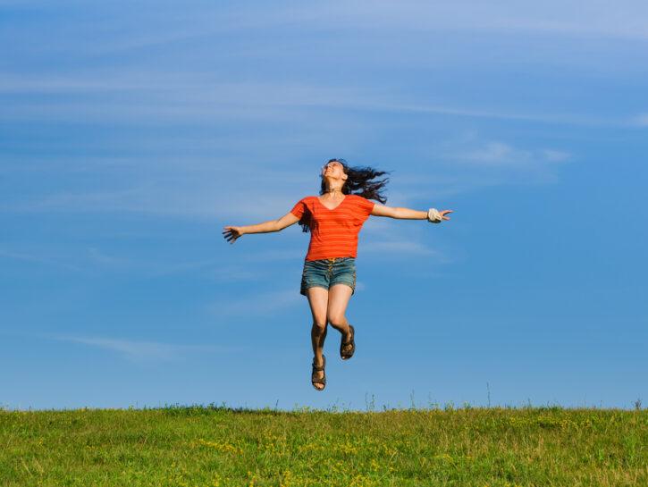 donna salta nel prato