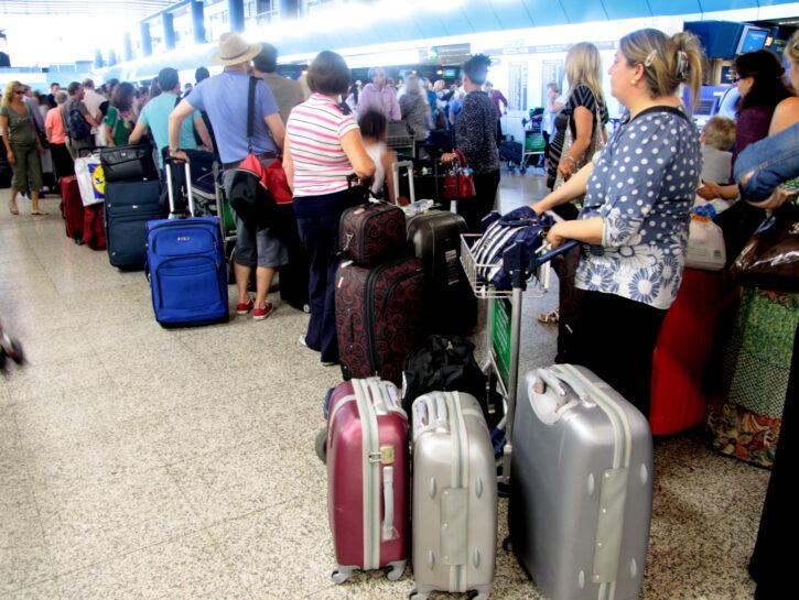 Aeroporto passeggeri in coda checkin