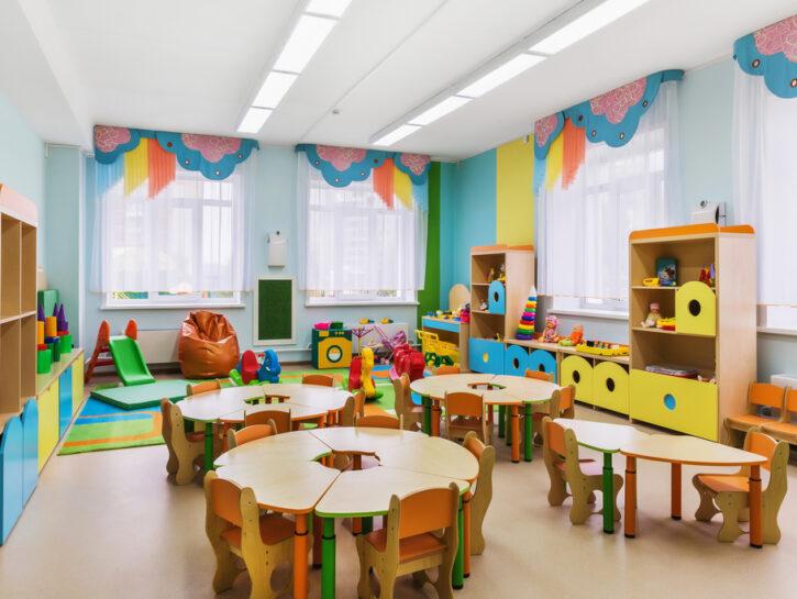 Asilo tavoli con giochi colori