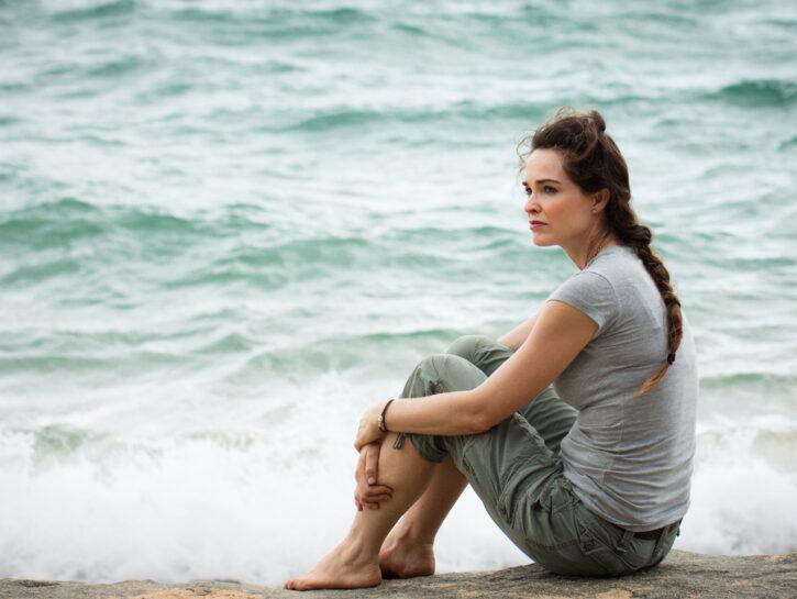 donna pensierosa mare