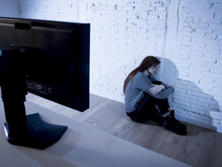Adolescente ragazza computer solidtudine