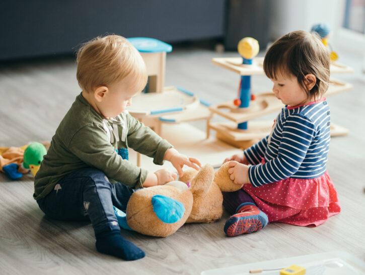 Asilo nido bambini che giocano