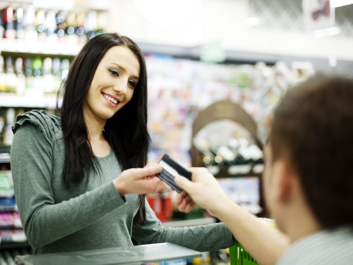 Carta di credito negozio ragazza cassiere
